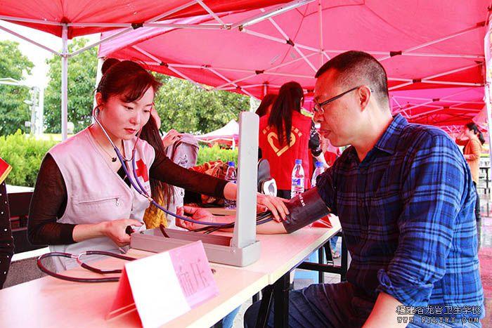 志愿者正在为市民测量血压.jpg