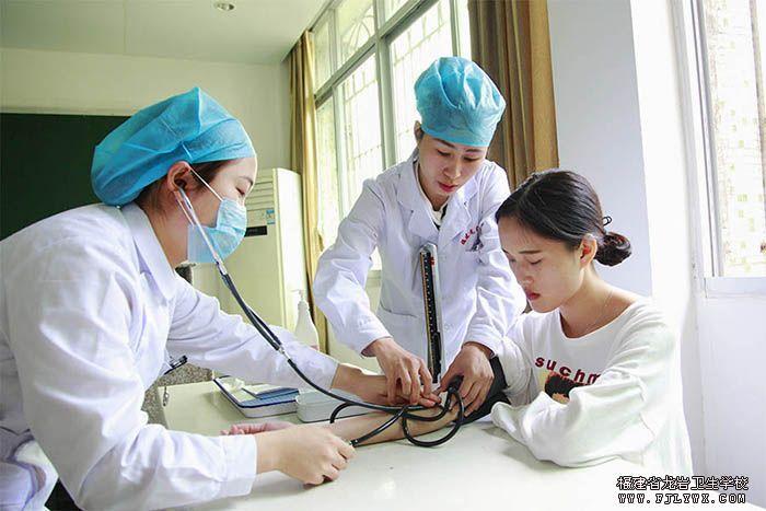 700辅导学生测量血压.jpg