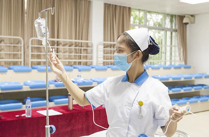 学生护理技能竞赛展白衣天使风采
